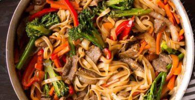 recetas de fideos chinos salteados con carne y verduras