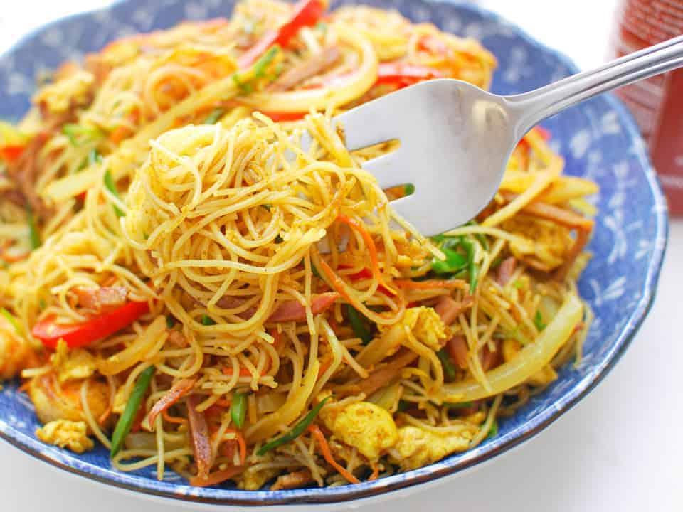 fideos de arroz chinos salteado con pollo