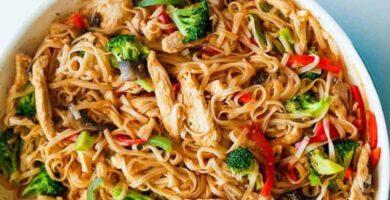 fideos chinos de arroz con pollo