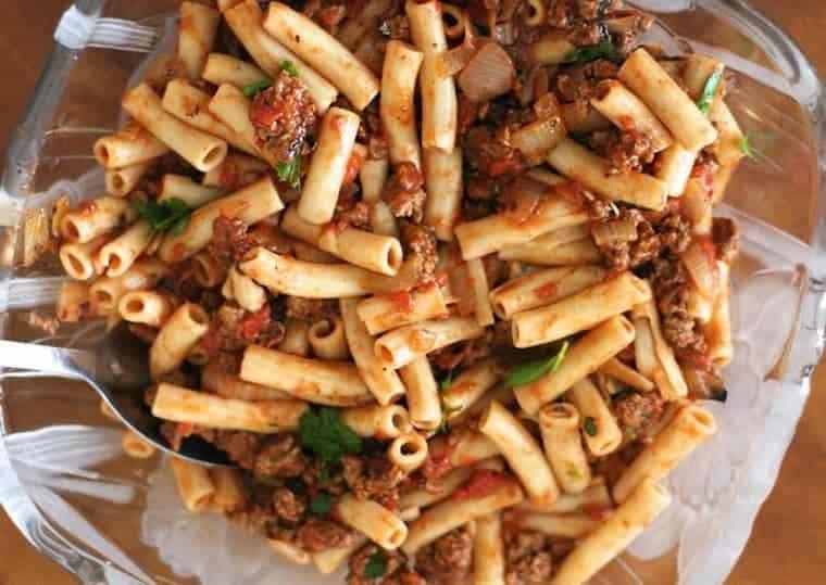 fideos con salsa de tomate y carne