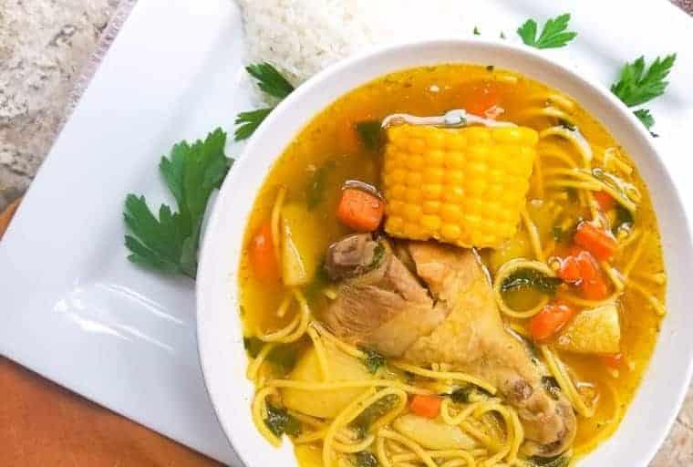 sopa de fideos con pollo puertoriqueña